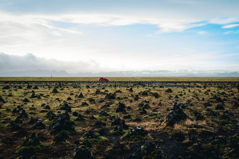 Fahren durch ein Feld von Steinhaufen stockfotografie