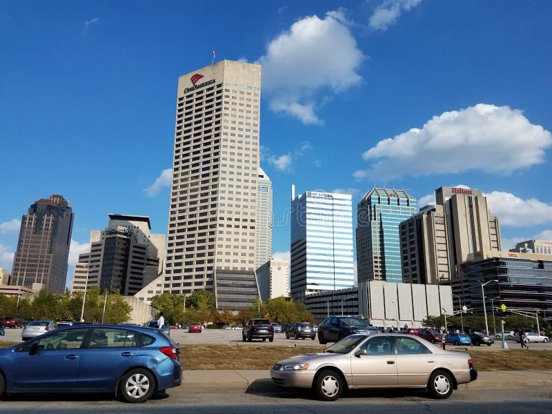 Fahren durch im Stadtzentrum gelegenes Indianapolis lizenzfreie stockbilder