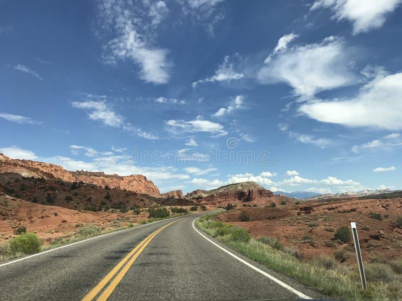Fahren durch Utah-Landstraße stockfotografie