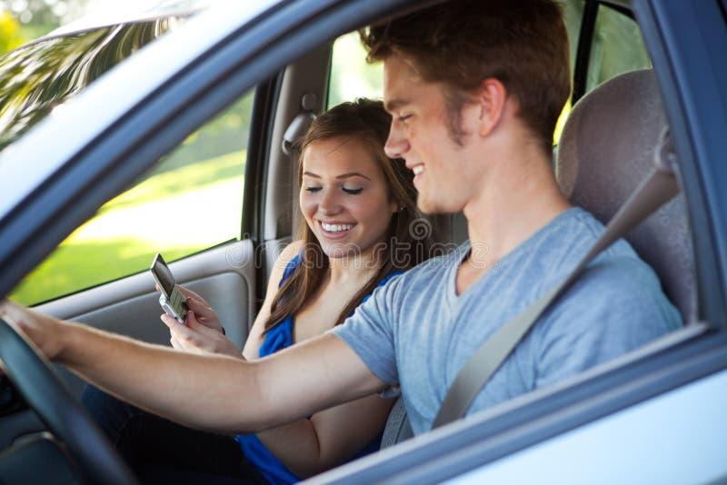 Fahren: Fahrer Reading Text Message lizenzfreie stockfotografie