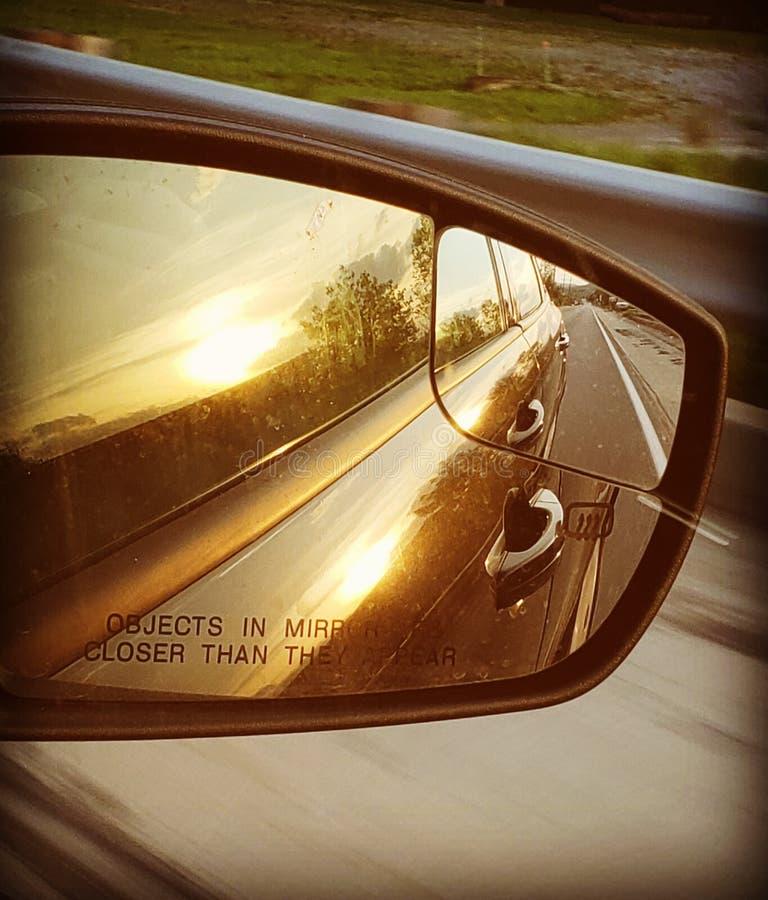 Fahren mit der Sonne hinten stockbild
