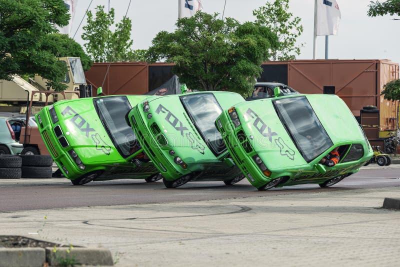 Fahren mit drei BMW-Autos auf zwei Räder gleichzeitig an einem Autozeigung in Halle Saale, Deutschland, 04 082019 lizenzfreies stockbild