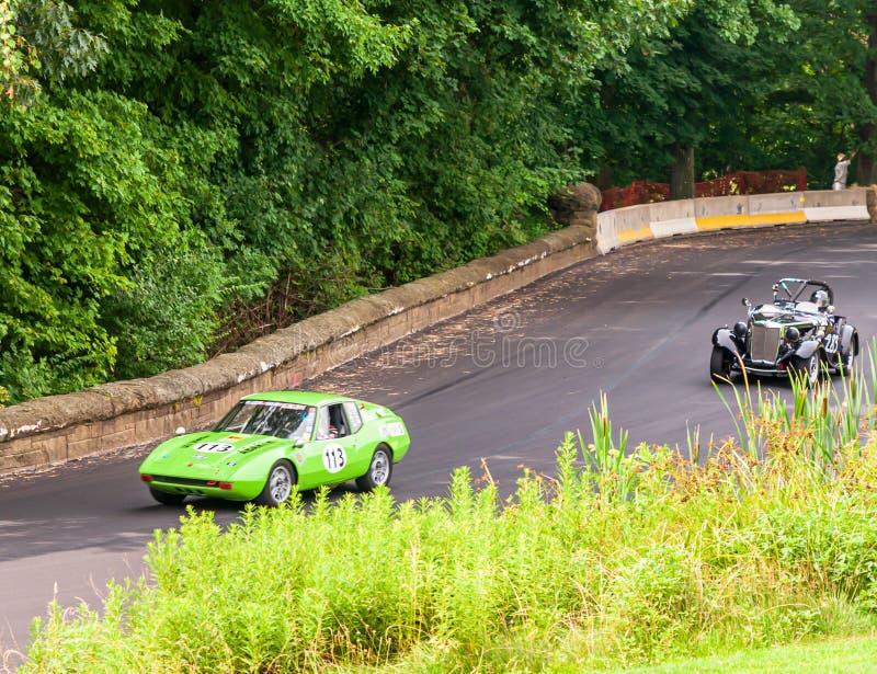 Fahren mit zwei Rennwagen in das Rennen lizenzfreie stockfotografie