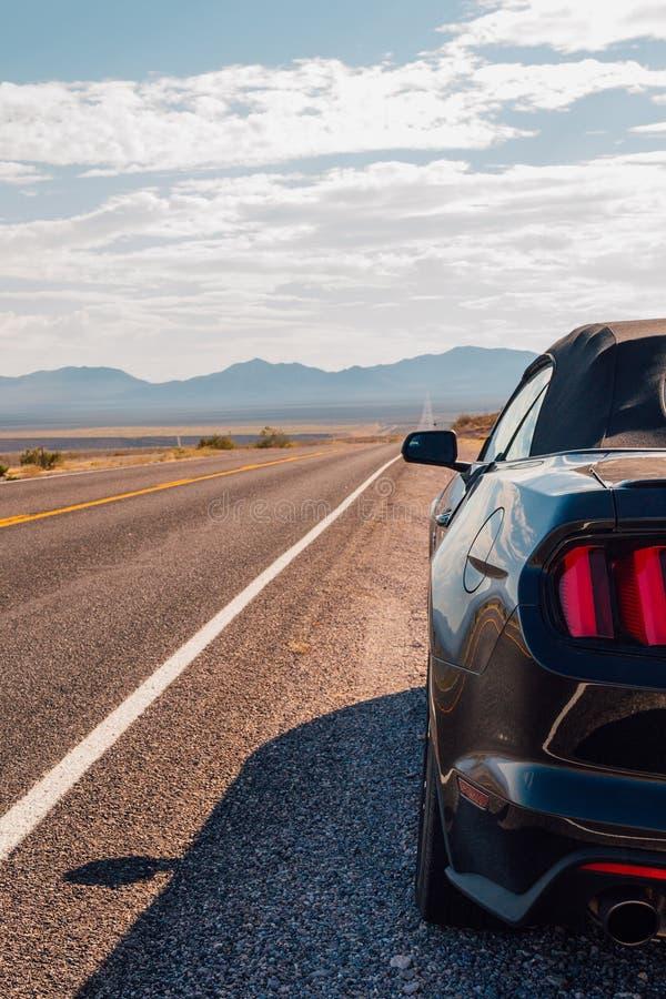 Fahren in schwarzen Ford Mustang GT stockfotos