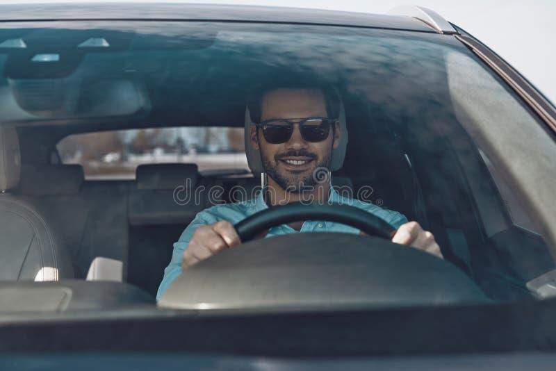 Fahren seines nagelneuen Autos lizenzfreie stockbilder
