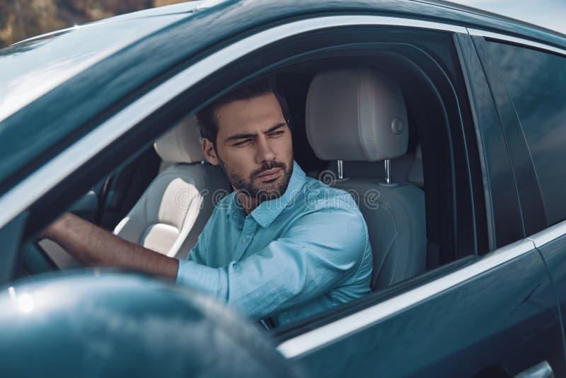 Fahren seines nagelneuen Autos lizenzfreie stockfotos