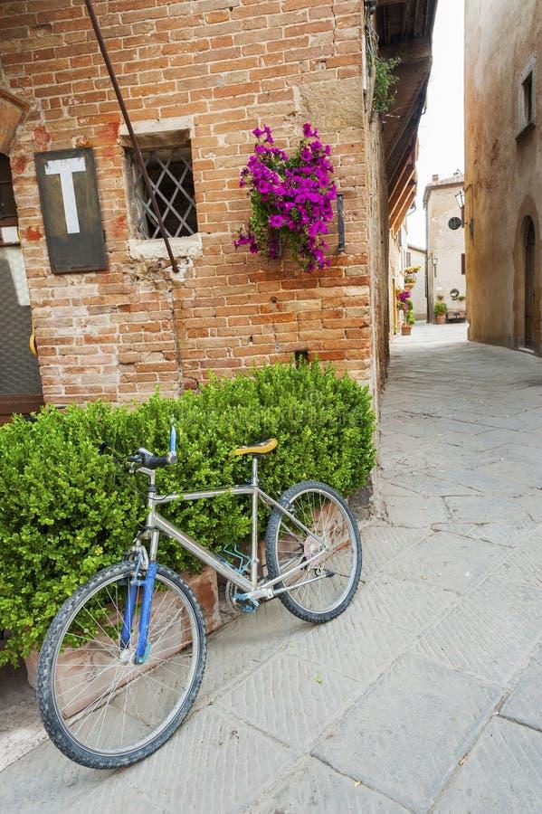 Fahren Sie in alte Stadt Pienza von Toskana, Italien rad stockfoto