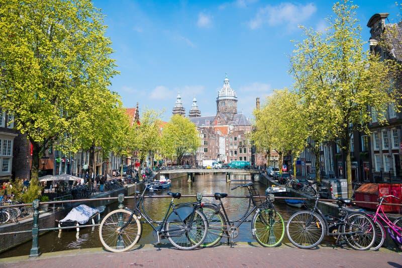 Fahren Sie auf die Stadtstraßen-Bettbrücke in Amsterdam rad stockbilder
