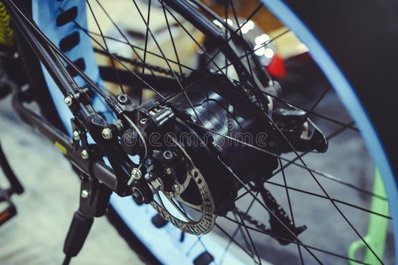 Fahren Sie das elektrische Fahrrad, das in das Rad, Bewegungsrad, grüne Technologie, Umweltpflege installiert ist lizenzfreies stockbild