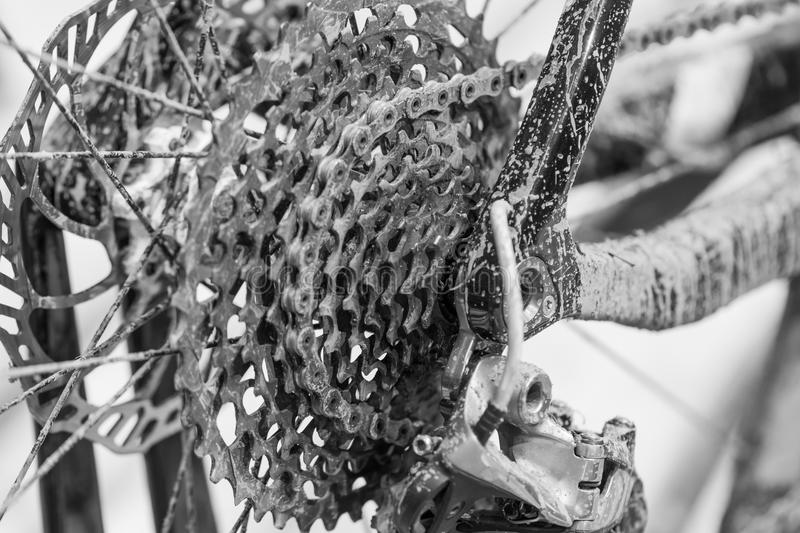 Fahren Sie Detail, Hinterrad mit Kette und Gangkettenrad rad Unordentliches b stockfotos