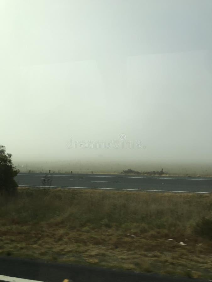 Fahren Sie mit Nebel lizenzfreie stockfotografie