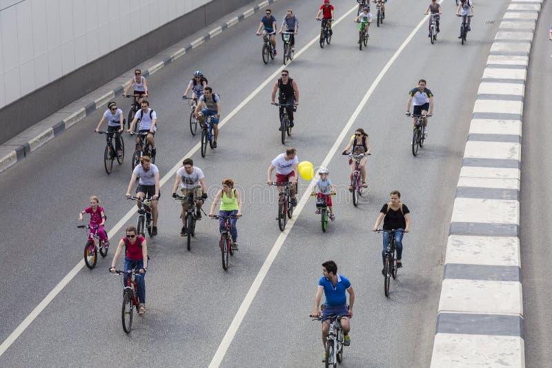 Fahren Sie Parade in Moskau zur Unterstützung der Radfahreninfrastrukturentwicklung, Moskau rad lizenzfreies stockbild