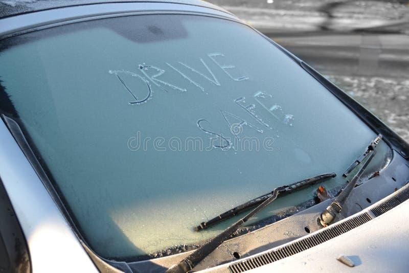 Fahren Sie Safe! Glatteisgefahr! Konzept für eisige Wetterbedingungen lizenzfreies stockbild