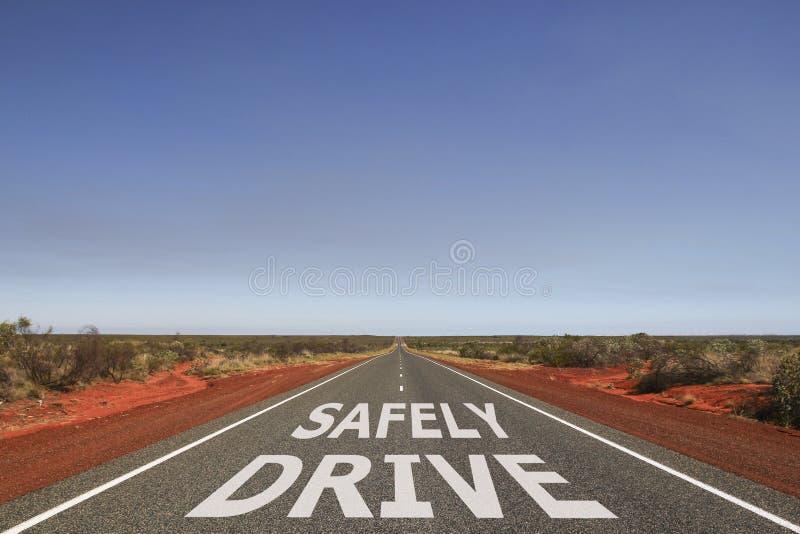 Fahren Sie sicher geschrieben auf die Straße stockfotografie