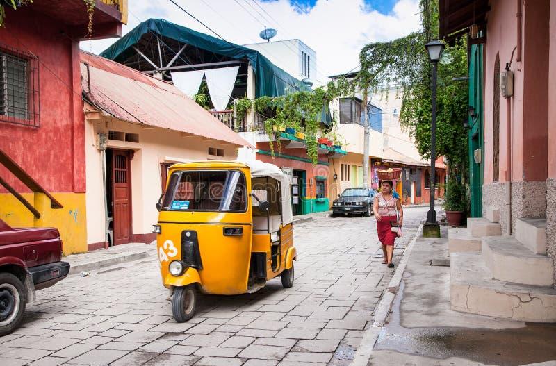 Fahren Sie tuk-tuk an der Straße von Flores, Guatemala mit einem Taxi stockbild