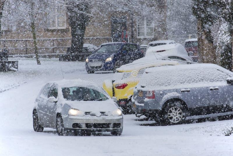 Fahren in starke Schneefälle stockfoto
