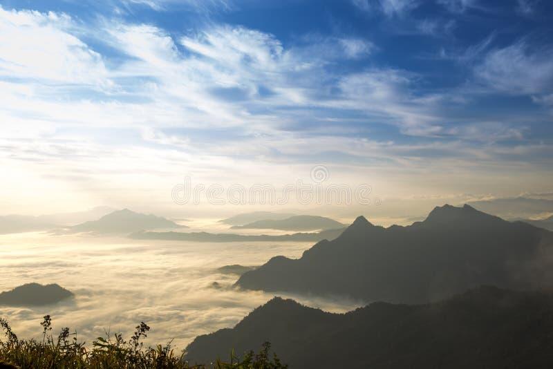 Fahrenheit de Chi de Phu de voyage à la Thaïlande/à montagne et au ciel embrument le voyage étonnant de falaise photos libres de droits