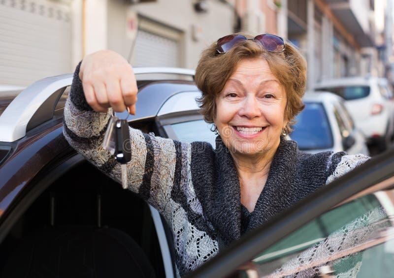Fahrer, der mit Autoschlüssel steht lizenzfreies stockfoto