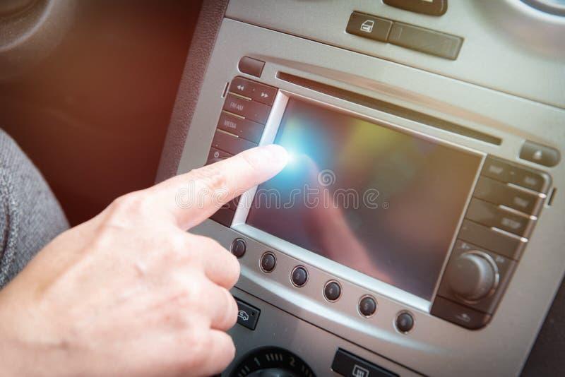Fahrer, der mit Berührungseingabe Bildschirm im Auto verwendet lizenzfreie stockfotografie
