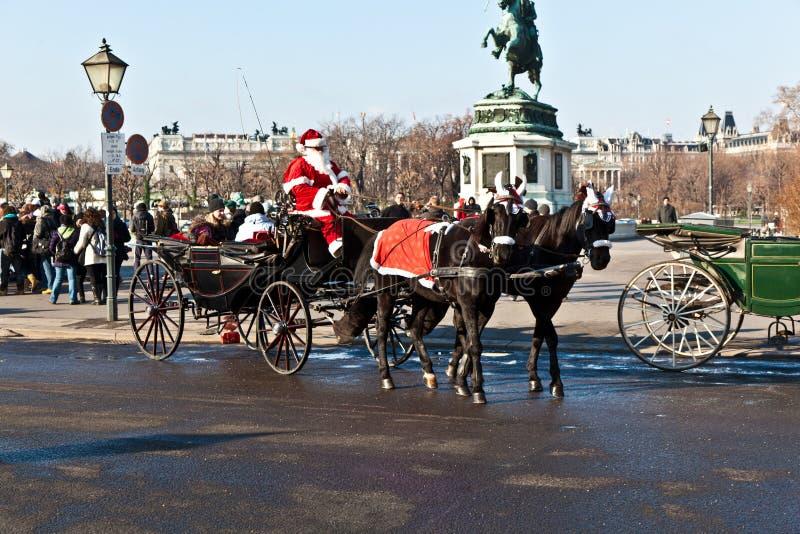 Fahrer des fiaker wird als Weihnachtsmann gekleidet stockfotos