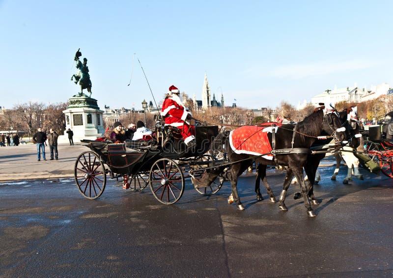 Fahrer des fiaker wird als Weihnachtsmann gekleidet stockfoto