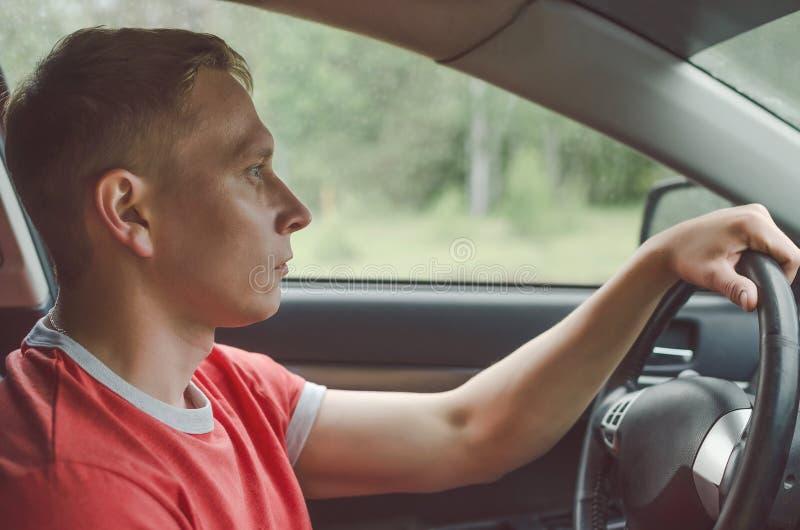 Fahrer ist Autofahren stockfoto
