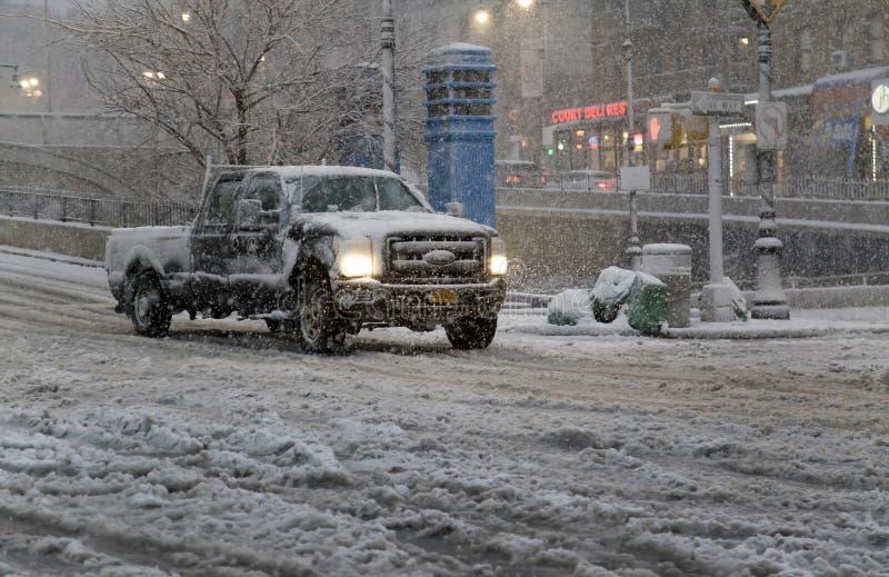 Fahrer reitet Fahrzeug im Schneesturm auf Straße Bronx New York stockfotos