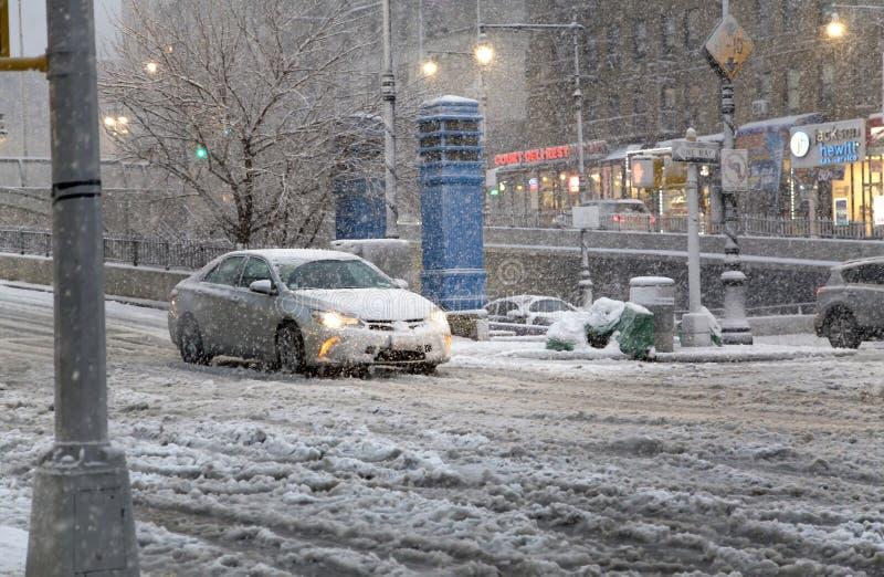Fahrer reitet Fahrzeug im Schneesturm auf Straße Bronx New York lizenzfreie stockbilder