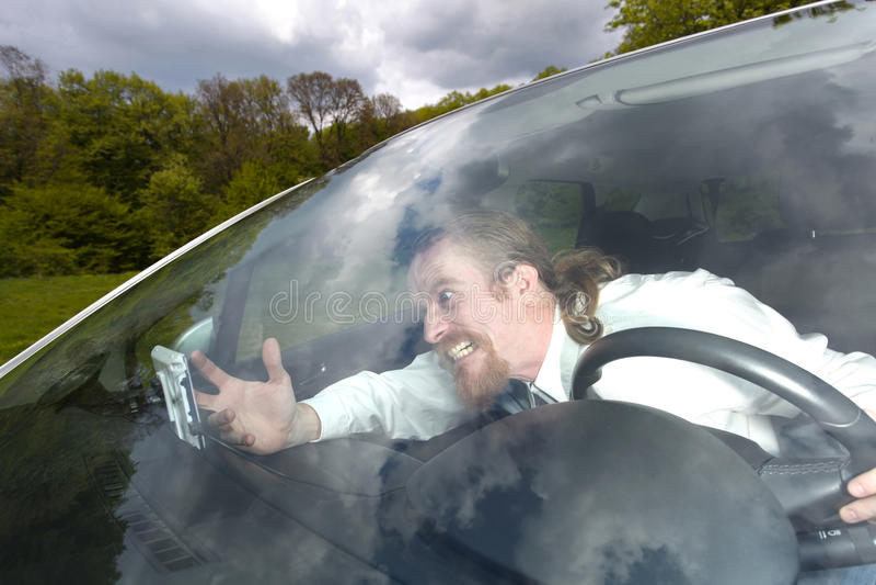 Fahrer wütend auf GPS-Navigation lizenzfreie stockbilder