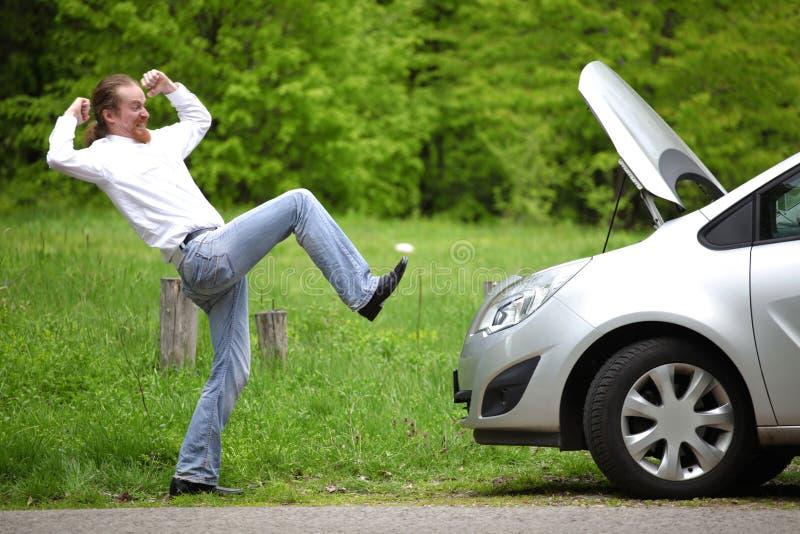 Fahrer Wütend Ein Defektes Auto Stockfoto - Bild von ausfall ...