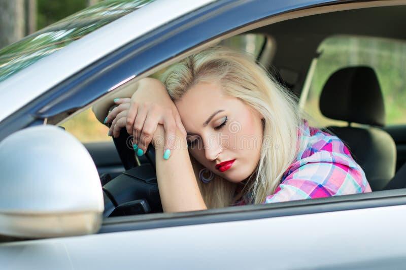 Fahrer war müde und schlief am Steuer von einem Auto ein stockbilder