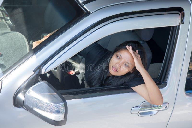 Fahrerfrauenuhr vom Auto lizenzfreies stockfoto