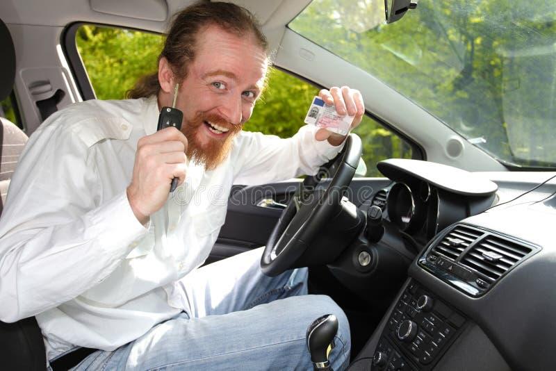 Fahrerlächeln stockbild
