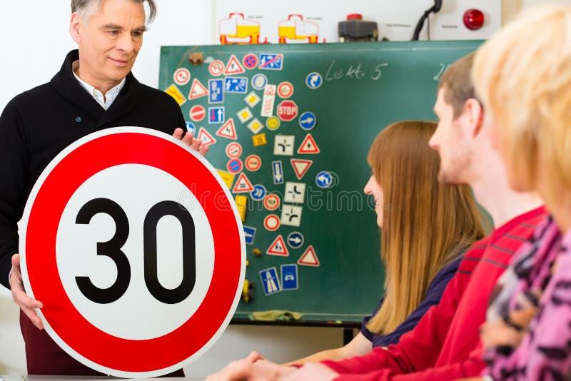 Fahrlehrer mit seiner Klasse stockfoto