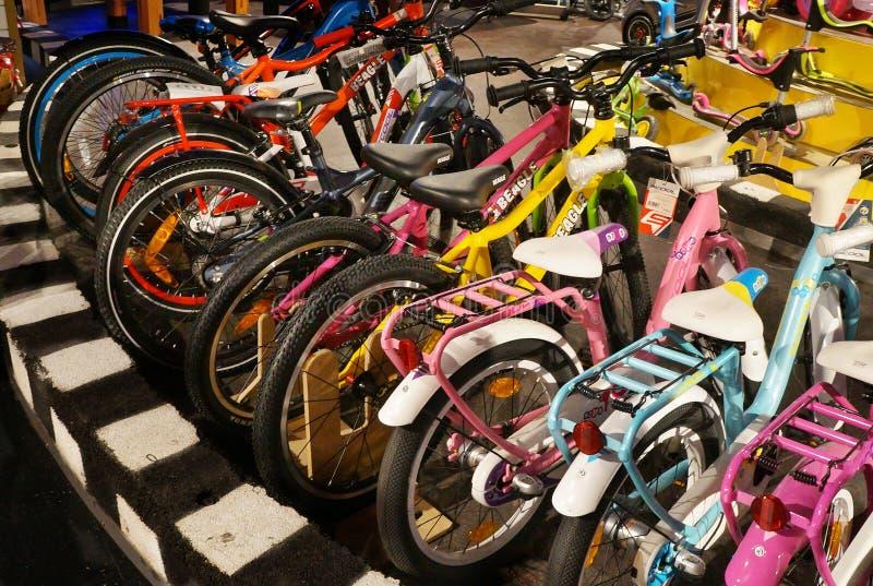 Fahrräder auf Anzeige im Geschäft lizenzfreies stockbild