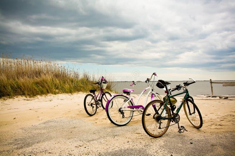 Fahrräder auf dem Strand. lizenzfreie stockbilder