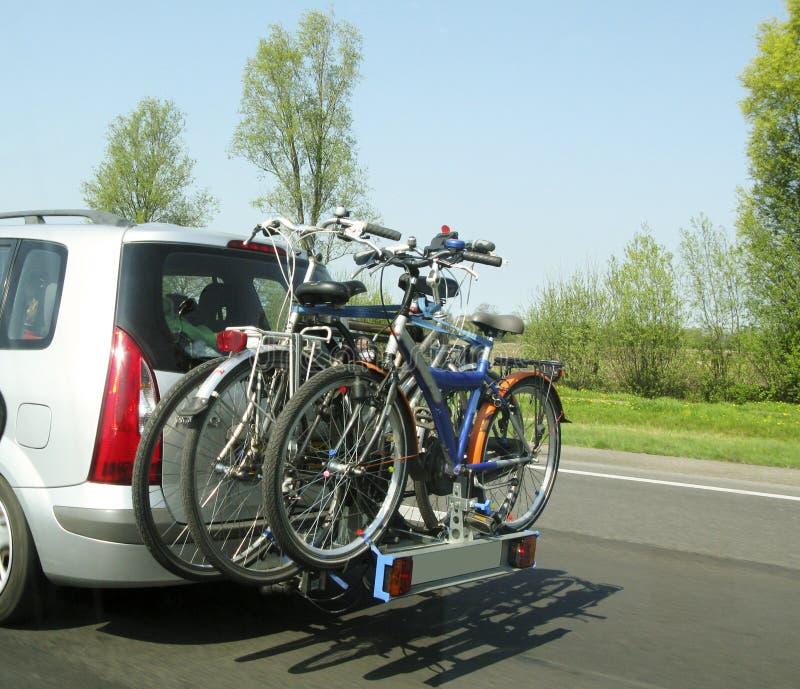 Fahrräder auf einem Auto lizenzfreie stockfotos