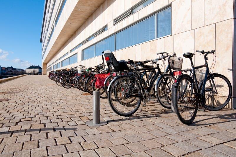 Fahrräder auf einer Brücke lizenzfreie stockfotografie