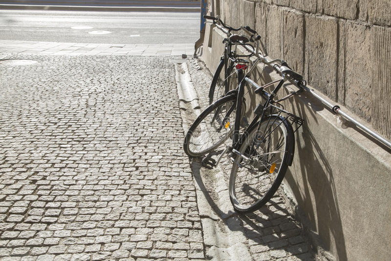 Fahrräder auf Kopfstein-Straße, Stockholm, Schweden lizenzfreies stockbild