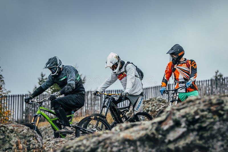 Fahrräder der Reiter abwärts bereiten vor sich abzusteigen lizenzfreie stockbilder