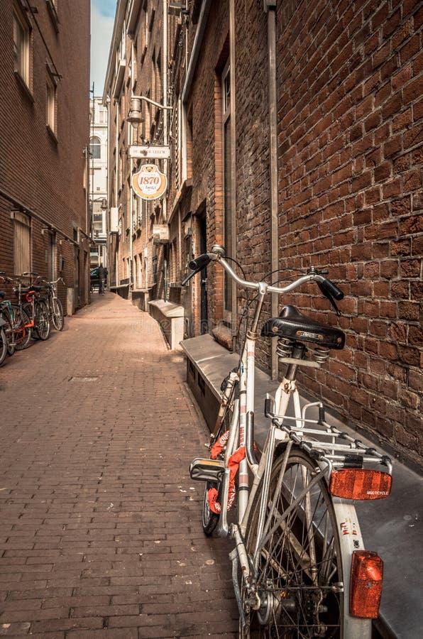 Fahrräder an einer Gasse lizenzfreies stockfoto