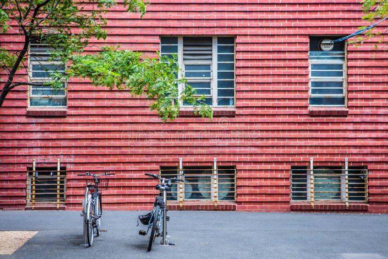 Fahrräder entlang Gehweg stockfotografie