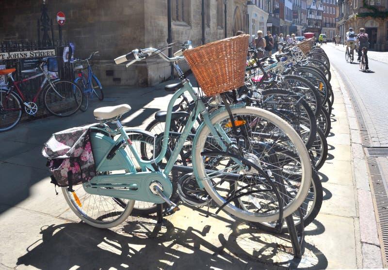 Fahrräder geparkt in Cambridge lizenzfreie stockfotografie
