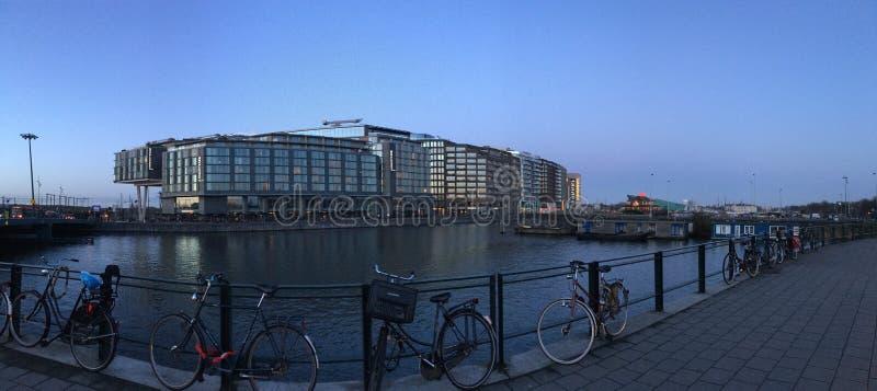Fahrräder parkten durch den Fluss in Amsterdam, die Niederlande lizenzfreies stockbild