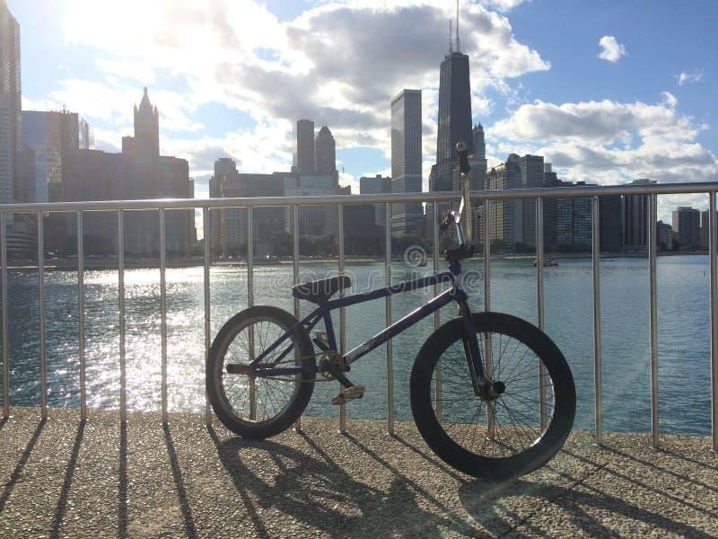 Fahrräder und Gebäude stockbilder
