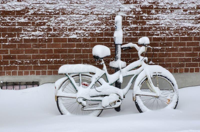 Fahrrad abgedeckt mit Schnee lizenzfreies stockfoto