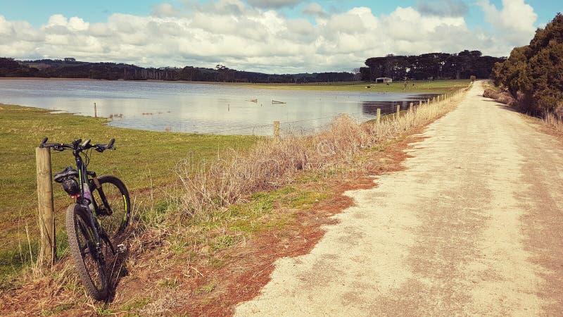Fahrrad auf Bahnstrecke in Südgippsland lizenzfreie stockbilder