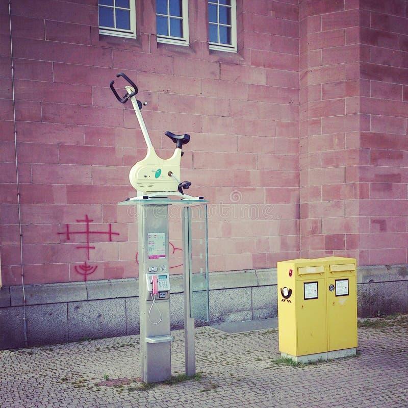 Fahrrad auf dem Telefonkasten wirred lizenzfreie stockbilder