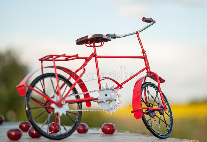 Fahrrad auf einer Holzoberfläche auf dem Hintergrund der Natur und der Beeren stockfoto