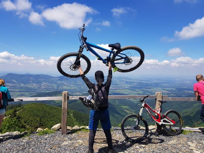 Fahrrad auf Hügel lizenzfreie stockfotografie